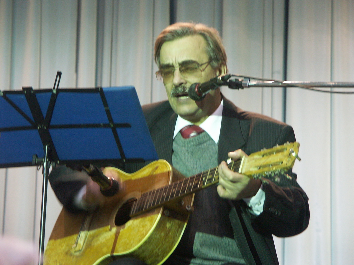 Степан с гитарой